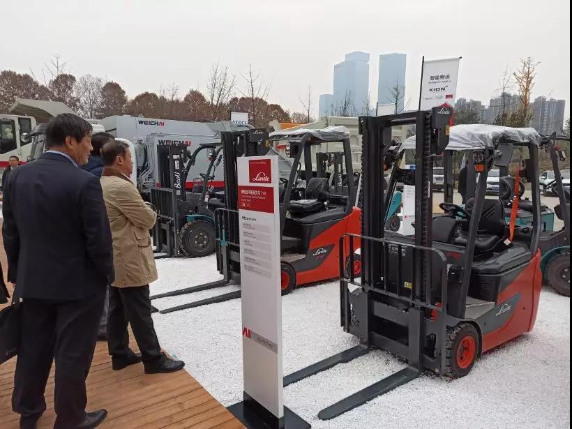 雪中一抹红•林德叉车亮相潍柴动力2020年商务大会